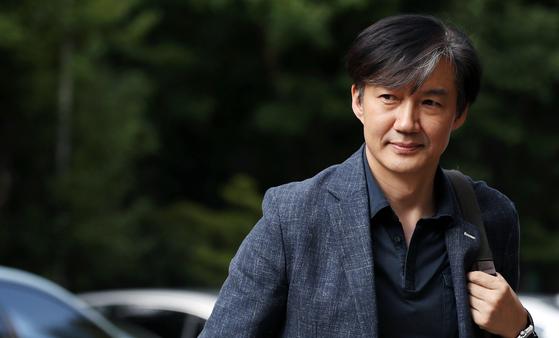 조국 법무부장관 후보자가 18일 오후 서울 서초구 방배동 자택으로 들어서고 있다. [뉴스1]