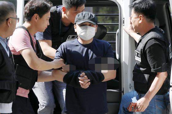 '한강 몸통 시신' 피의자 장대호(38·모텔 종업원)가 지난 18일 오후 의정부지법 고양지원에서 열린 영장실질심사에 출석하고 있다. [뉴스1]