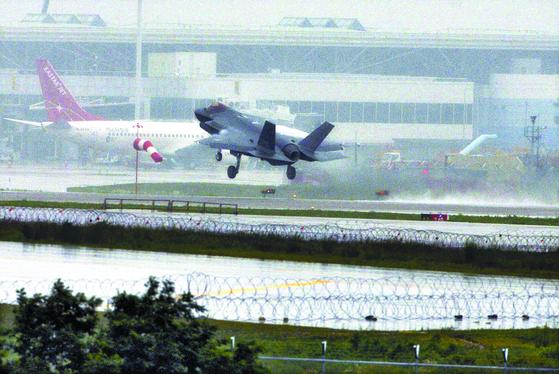 F-35A 전투기가 지난 7월 15일 청주 공군 제17전투비행단기지에 착륙하고 있다. 프리랜서 김성태