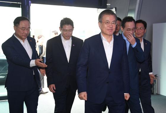 문재인 대통령이 20일 오후 효성첨단소재 전주공장에서 열린 탄소섬유 신규 투자 협약식에 참석하고 있다. 청와대사진기자단