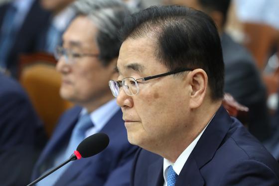 정의용 국가안보실장이 지난 6일 서울 여의도 국회에서 열린 운영위원회 전체회의에서 의원들의 질의를 듣고 있다. [뉴스1]