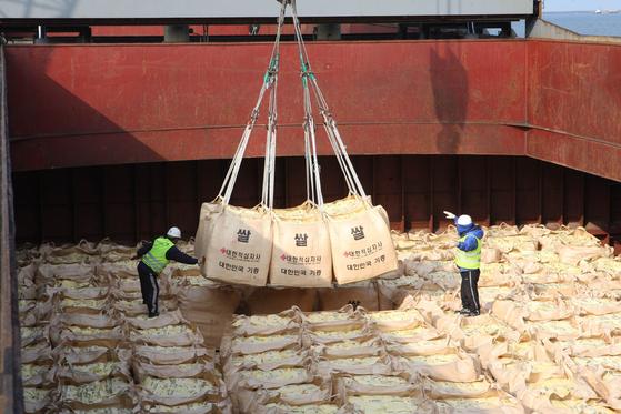 통일부는 지난 6월 19일 세계식량계획(WFP)과 긴밀히 협의해 국내산 쌀 5만t을 북한에 지원하기로 했다고 발표했다. 지난달 말 북한에 쌀을 보내려고 했지만 북한이 '한미연합훈련 재개'를 이유로 이를 거부했다. 사진은 2010년 군산항에서 북한 수재민에게 전달할 쌀을 배에 선적하고 있는 모습. [연합뉴스]