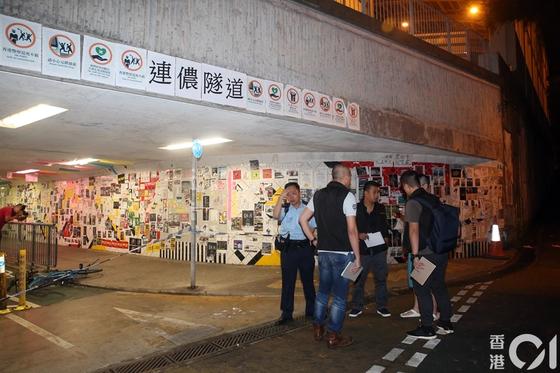 사건 현장인 홍콩 신계지구 보행자 터널 모습. 정부 항의 메모가 붙은 이 곳은 홍콩에선 '레넌벽'이라고 불린다. 이 곳을 지나며 시위 얘기를 하던 여성 2명이 습격 당했다. [홍콩01 캡쳐]