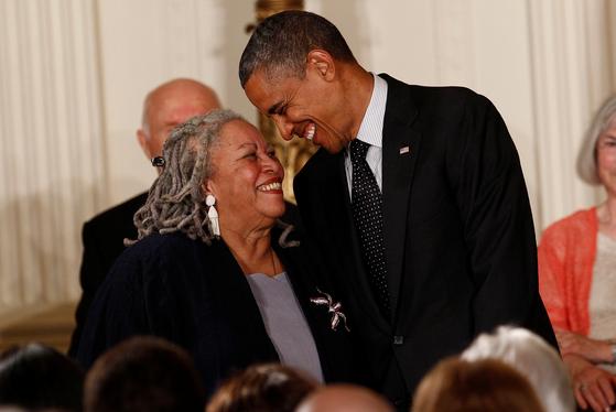 2012년 당시 버락 오바마 미국 대통령은 토니 모리슨에게 '자유의 메달'을 수여했다. [AP=연합뉴스]