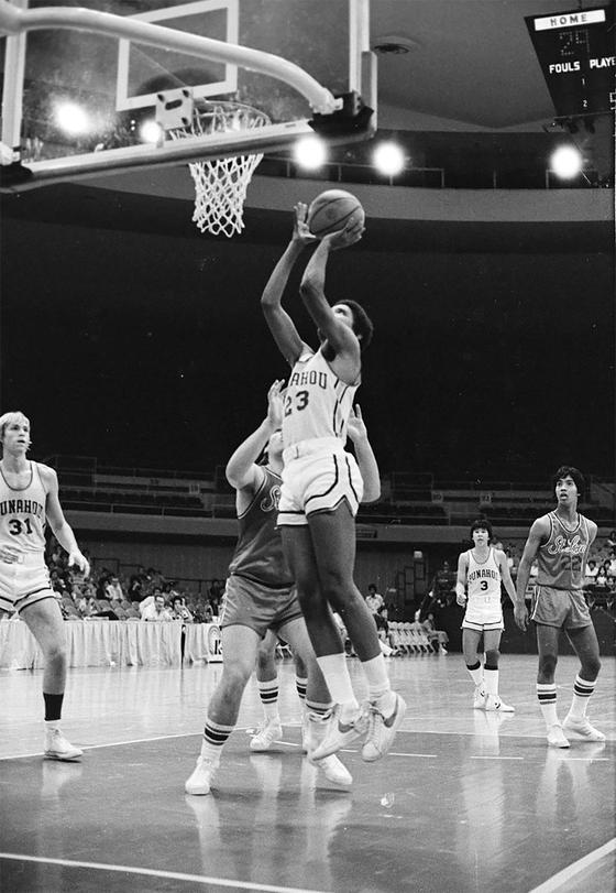 1979년 고교 농구대회에서 활약하던 오바마 전 대통령 모습. 23번을 단 오바마 전 대통령이 골밑슛을 시도하고 있다. [AFP=연합뉴스]