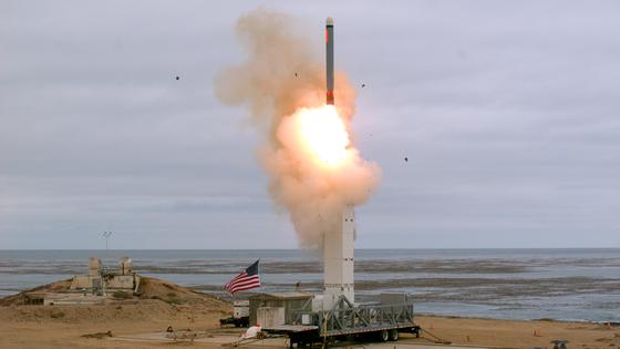 미 국방부가 18일(현지시간) 오후 캘리포니아 샌니콜라스섬에서 신형 중거리 크루즈 미사일을 처음으로 시험 발사했다. 중장거리 핵전력 금지 협정(INF)에서 탈퇴한 뒤 16일 만에 중단거리 지상발사 전력 개발을 공개한 셈이다.[AP=연합뉴스]