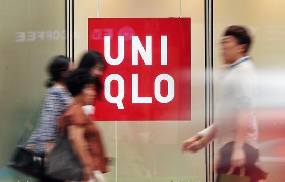 """일본 정부의 수출 규제로 촉발된 일본 제품 불매 운동의 대표 브랜드인 유니클로 국내 신용카드 매출액이 한 달 만에 70% 급감했다. 일본 제품 불매운동의 직격탄을 맞은 유니클로의 경우 지난 7월 오카자키 다케시 페스트리테일링그룹 최고재무책임자(CFO)가 한국의 일본 제품 불매 운동에 대해 '매출에 영향을 줄 만큼 이어지지 않을 것""""이라고 말해 '보이콧 재팬'의 대표 브랜드가 됐다. 사진은 16일 오후 서울 시내의 유니클로 매장의 모습. [뉴스1]"""