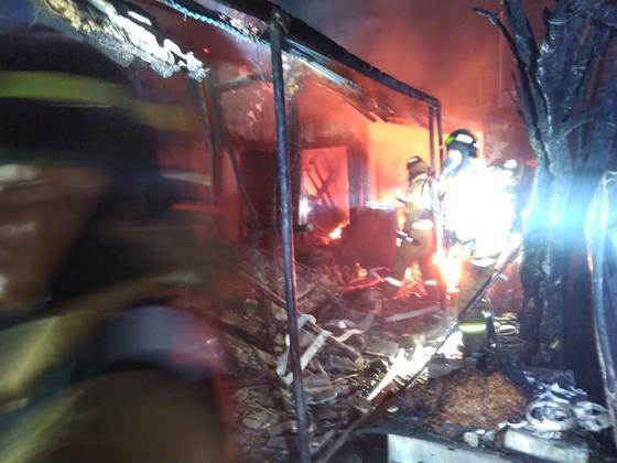 19일 오전 4시쯤 전북 전주시 서노송동의 한 여인숙에서 불이 나 소방 당국이 진화 작업을 하고 있다. 이 불로 이곳에서 잠자던 70~80대 노인 3명이 숨졌다. [사진 전주 완산소방서]