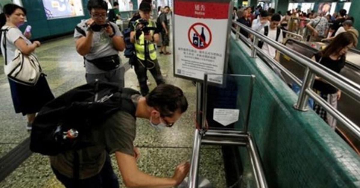 '지하철역 청소 퍼포먼스'를 벌이는 송환법 반대 시위대. [로이터통신=연합뉴스]