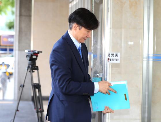 조국 법무부 장관 후보자가 20일 오전 인사청문회 준비 사무실이 마련된 서울 종로구 한 건물로 출근하고 있다. [연합뉴스]