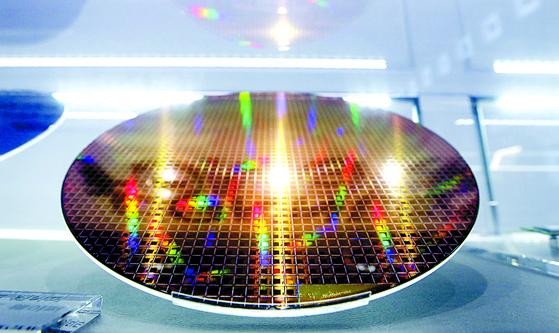 서울 서초구 삼성전자 딜라이트에 반도체웨이퍼가 전시돼 있다. [뉴스1]