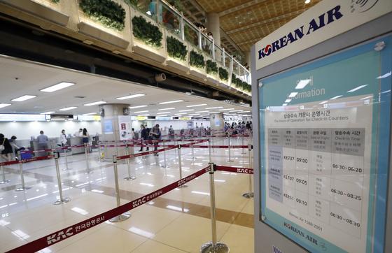 일본 정부가 전략물자 수출 간소화 대상인 백색국가 명단(화이트리스트)에서 한국을 제외하는 수출무역관리령 개정안을 결정한 2일 김포국제공항 국제선 대한항공 탑승수속 카운터가 평소 보다 비교적 한산한 모습을 보이고 있다. [뉴스1]