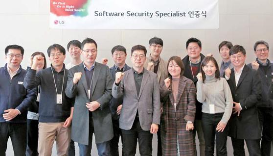 LG전자는 제품과 서비스의 보안을 강화하기 위해서 지난해 6월 KAIST와 'LG전자-KAIST 소프트웨어 보안전문가' 과정을 개설하고 소프트웨어 보안전문가를 양성하고 있다. [사진 LG전자]