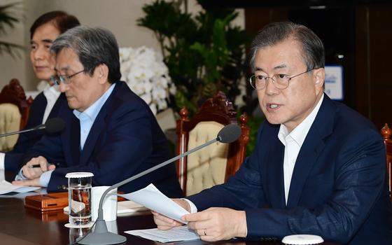문재인 대통령이 19일 오후 청와대에서 열린 수석 보좌관 회의에서 발언하고 있다. 청와대사진기자단