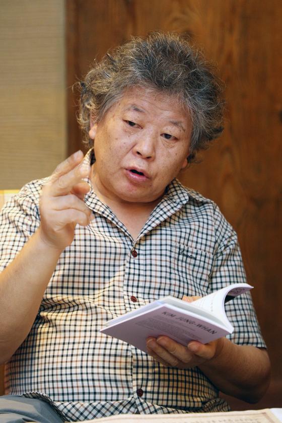 """김정환 시인은 """"시를 번역하면서 새로운 언어 매체를 갖게 된 것 같아서 보람됐다""""고 밝혔다. [사진 뉴스1]"""