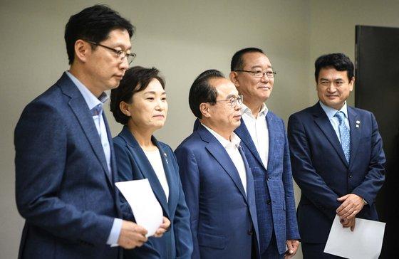 지난 6월 10일 김해 신공항 검증에 합의한 김현미 국토부 장관(왼쪽 둘째)과 부울경 단체장. [사진 부산시]