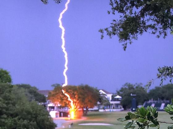 지난 6월 US여자오픈 기간 중 골프장 프레스센터 옆 나무에 번개가 내리치고 있다. 나무는 번개에 맞고 갈라졌다(아래 사진). [사진 미국골프협회]