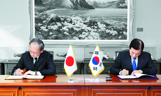 한민구 국방부 장관(오른쪽)과 나가미네 야스마사 주한 일본대사가 2016년 11월 23일 국방부에서 지소미아를 체결하고 있다. [AFP =뉴스1]