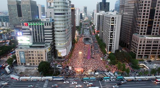 2008년 광우병 파동 당시 열린 촛불집회의 모습. 당시 검찰은 1000여명이 넘는 시민들을 집시법 위반으로 기소해 재판에 넘겼다. [중앙포토]