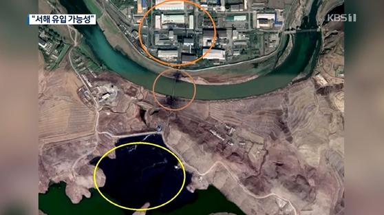 북한 평산에 있는 우라늄 공장(위쪽)과 예성강 지류를 가로지르는 파이프(가운데). 파이프와 연결된 저수지 물이 검은색을 띠고 있다(아래쪽). [사진 KBS]