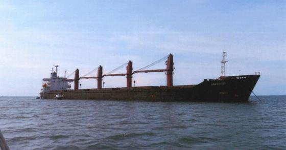 미국 법무부가 지난 5월 9일(현지시간) 북한 석탄을 불법 운송하는 데 사용돼 국제 제재를 위반한 혐의를 받는 북한 화물선 '와이즈 어니스트'(Wise Honest)호를 압류했다고 밝혔다. 사진은 미국 법무부가 억류해 몰수 소송을 제기한 북한 화물선 '와이즈 어니스트'(Wise Honest)'호. [연합뉴스]