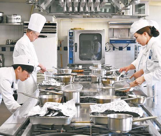 르 꼬르동 블루-숙명 아카데미 수업은 프랑스어와 통역으로 진행된다. 학생들 요리 수업 모습.