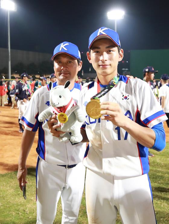 자카르타·팔렘방 아시안게임에서 코치와 선수로 금메달을 딴 이종범(왼쪽)-이정후 부자. [연합뉴스]