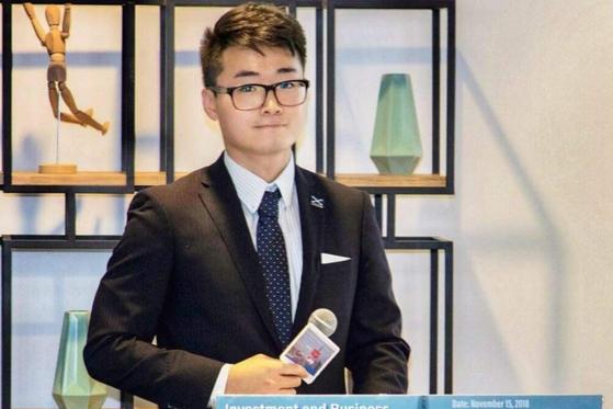 겅솽 중국 외교부 대변인이 홍콩 주재 영국 총영사관 직원 사이먼 정의 구금 의혹을 공식 인정했다. 사진은 사이먼 정의 여자친구가 언론에 공개한 사이먼 정의 모습. [사진 사우스차이나모닝포스트 캡처]