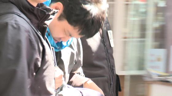 '청담동 주식부자 부모살해 사건' 피의자 김다운. 신상공개가 결정됐지만 고개를 숙여 얼굴이 공개되지 않았다. [사진 JTBC 화면 캡처]