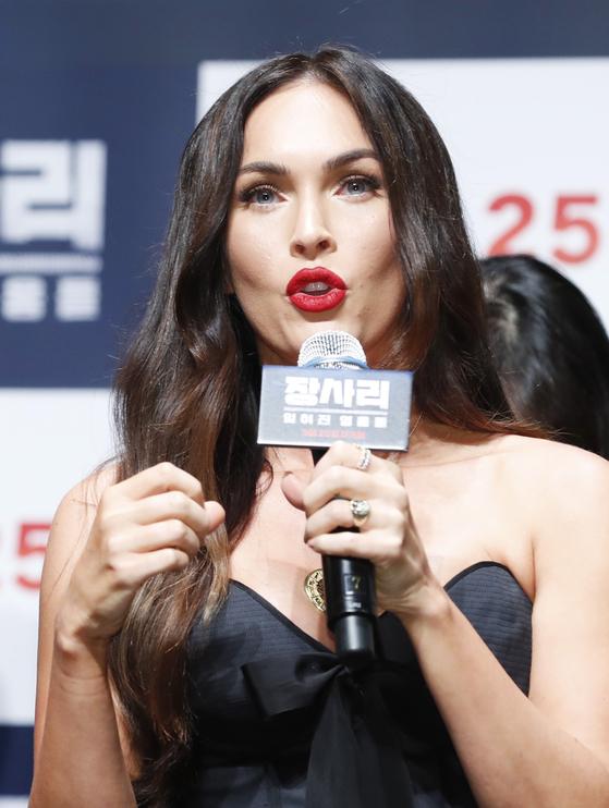 할리우드 배우 메간 폭스 (Megan Fox)가 21일 오전 서울 강남구 압구정CGV에서 열린 영화 '장사리: 잊혀진 영웅들' 제작보고회에 참석해 인사말을 하고 있다. [뉴스1]