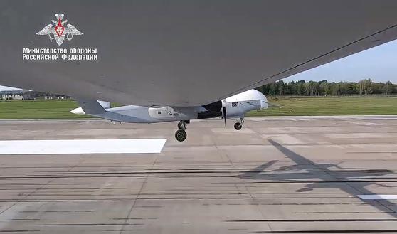 러시아 국방부가 공개한 드론 Altius-U 공격 및 정찰 무인 항공기가 활주로를 이륙하고 있다. [TASS=연합뉴스]