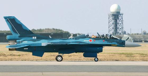 2015년 4월 일본 아오모리현 미사와기지에서 촬영된 항공자위대의 F-2 전투기 모습. 일본 정부는 2030년대 중반부터 퇴역하는 F-2 후속기를 자국 주도의 스텔스 전투기로 대체할 계획이다. [연합뉴스]