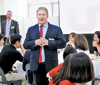 토드 켄트 유타대 아시아캠퍼스 대표가 대학 생활과 비전에 대해 학생들과 얘기하고 있다.