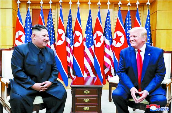 김정은 북한 국무위원장과 도널드 트럼프 미국 대통령이 6월 30일 판문점에서 만났다고 조선중앙통신이 보도했다. 사진은 중앙통신이 홈페이지에 공개한 것으로 판문점 남측 자유의집 VIP실에서 만나 밝은 표정으로 대화하는 북미 정상의 모습.[연합뉴스]