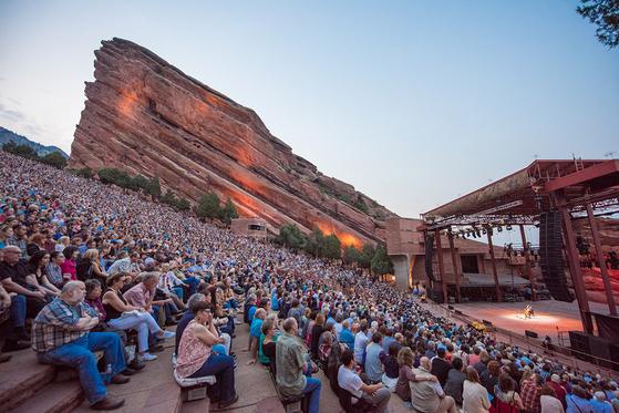 이달 1일 미국 콜로라도에서 열렸던 요요마의 야외 공연. 청중 1만 명이 모였다. 지난해 8월부터 36개 도시에서 펼치고 있는 '바흐 프로젝트'의 하나다. [사진 엘렌 야스콜, 크레디아]