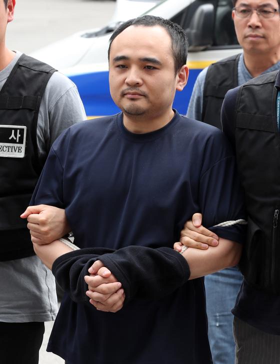 '몸통시신' 피의자 장대호가 21일 오후 경기도 호송차에서 내려 고양경찰서로 들어가고 있다. 변선구 기자