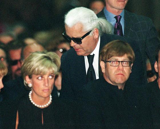 다이애나비와 엘튼 존(오른쪽)이 1997년 7월 22일 디자이너 지아니 베르사체의 추모 미사에 참석해 있다. 가운데는 디자이너 칼 라거펠트. 다이애나비는 이로부터 6주후 교통사고로 세상을 떠났다. [AP=연합뉴스]