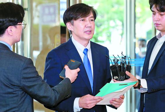 """조국 법무부 장관 후보자가 20일 서울 종로구 적선현대빌딩에 출근하며 아동 성범죄 관리 강화 등의 정책 비전을 발표하고 있다. 검증이 거세진 시점에 정책 발표 이유를 묻는 취재진의 질문에 조 후보자는 '(법무부 장관) 내정 시 말씀드렸던 약속을 지킨 것""""이라고 답했다. [뉴스1]"""