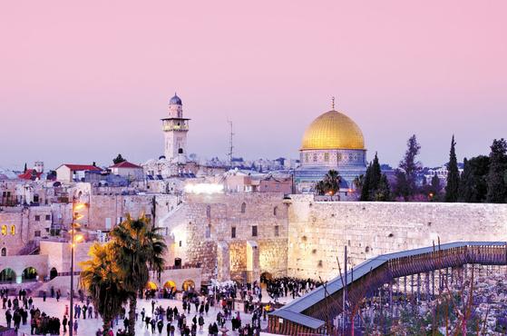 예루살렘은 유대교·기독교·이슬람교의 성지다. 유대교 성지인 통곡의 벽은 관광 명소이기도 해서 유대인뿐 아니라 많은 관광객이 찾아온다. 뒤에 보이는 황금돔은 아브라함이 희생제를 올린 제단이 있는 바위돔사원이다.  [사진 롯데관광]