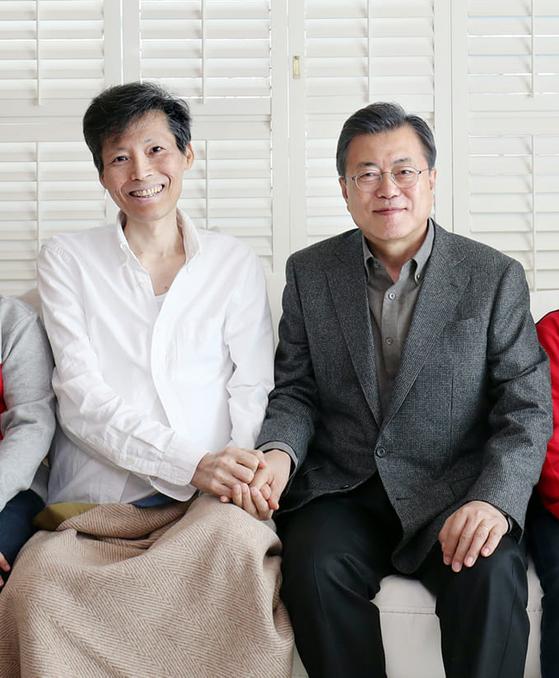 지난 2월 17일 암투병 중인 이용마 기자가 치료 중인 병원을 찾은 문재인 대통령. [사진 이용마 기자 페이스북]