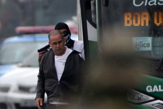 인질범이 20일(현지시간) 버스 탑승객에 권총을 겨누며 버스 인질극을 벌이고 있다. [로이터=연합뉴스]