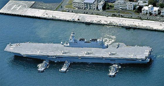 일본 해상자위대 호위함 이즈모가 2017년 5월 1일 미 해군 보급함 보호 임무를 수행하기 위해 요코스카 기지를 출발하고 있다. [AP=뉴시스]