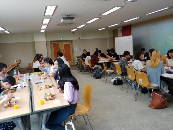 20일 오전 서울대학교 국제대학원 건물에서 일본 쓰다주쿠대학 학생들과 서울대 학생들이 토론을 하며 점심을 먹고 있다. 권유진 기자