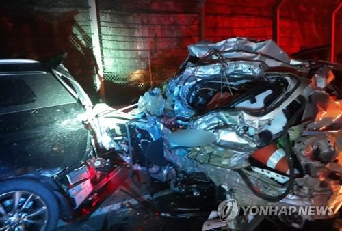 사고 때 처참하게 구겨진 승용차. [연합뉴스]