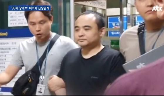 경찰에 연행되는 한강 몸통 시신 사건 피의자 장대호. [JTBC 뉴스화면 캡처]