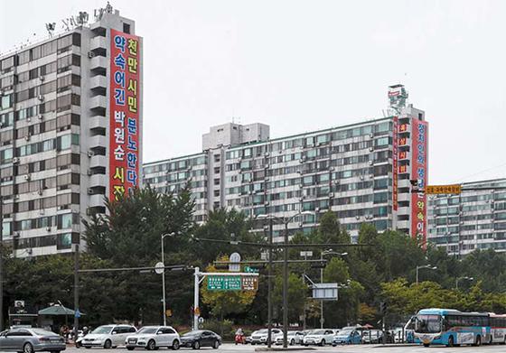 김현미 국토교통부 장관은 최근 민간 택지 분양가 상한제를 밀어붙였다. 그러자 강남권 재건축 매매 시장에는 찬바람이 불고 있다. 사진은 서울 잠실 주공 5단지. [연합뉴스]