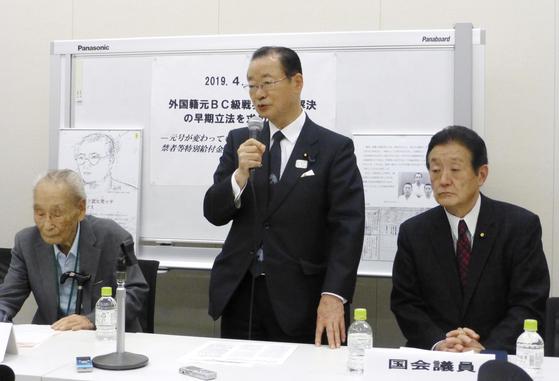 가와무라 다케오 일한의원연맹 간사장(가운데)이 지난 4월 23일 일본 국회에서 열린 외국 국적 옛 B·C급 전범 보상입법 촉구 행사에서 발언하고 있다. 왼쪽은 60년 넘게 보상입법 운동을 해온 이학래(94) 옹. [연합뉴스]