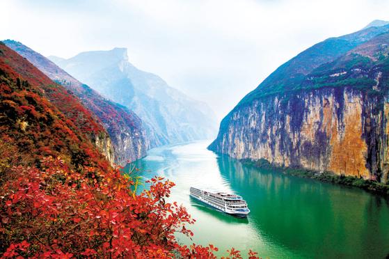 장강삼협은 세계적으로도 유명한 리버 크루즈 코스로 알려져 있다. 5성급 크루즈를 타고 협곡 주변을 둘러싼 깎아지른 듯한 산을 보며 여유로운 시간을 즐길 수 있다. [사진 롯데관광]