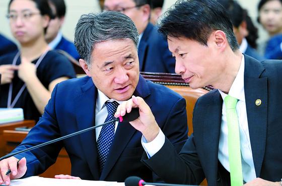 박능후 복지부 장관(왼쪽)이 21일 국회보건복지위원회에서 김강립 차관과 대화하고 있다. [연합뉴스]