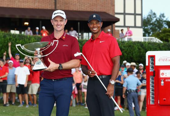 지난해 PGA 투어 시즌 최종전 우승자인 타이거 우즈(오른쪽)와 플레이오프 챔피언의 자리에 오른 저스틴 로즈. [AFP=연합뉴스]
